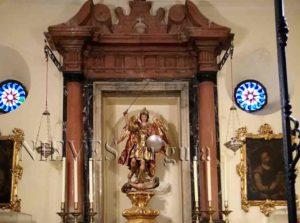 Angel figure parmi les colonnes de marbre rose de l'église du Sauveur de Séville