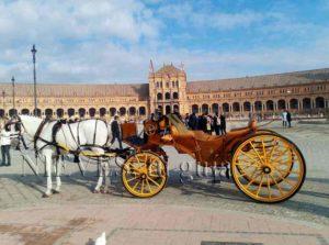 Voiture à cheval sur la Plaza de España à Séville