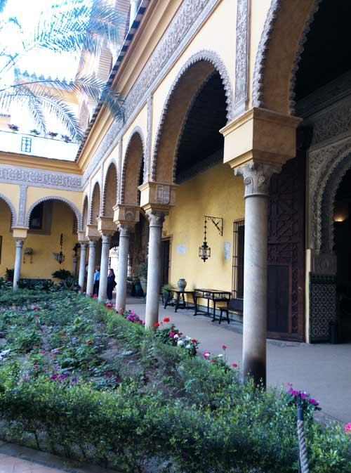 Vista lateral plaza Palacio de las Dueñas