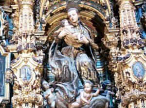 Figura de San Luis en una de las hornacinas de la Iglesia de San Luis de los franceses en Sevilla