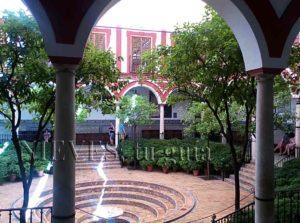 Vue sur la cour de l'hôpital de los Venerables à Séville